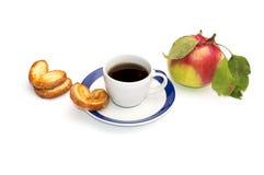 Taza de café, de tres galletas y de manzana con las hojas, una vida inmóvil Imagen de archivo libre de regalías