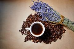 Taza de café del aroma con lavanda Fotografía de archivo