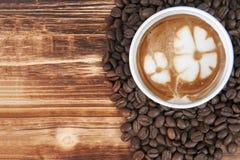 Taza de café del arte del latte Foto de archivo libre de regalías