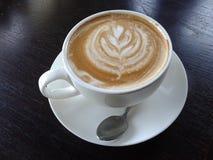 taza de café del arte del latte Fotografía de archivo libre de regalías