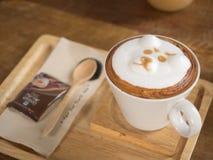 Taza de café del arte del latte del oso Imagen de archivo libre de regalías