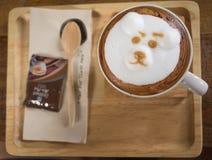 Taza de café del arte del latte del oso Imagenes de archivo
