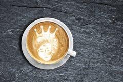 Taza de café del arte del latte del oso de peluche en el esquisto negro texturizado con el obl fotografía de archivo