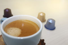 Taza de café del café express con las cápsulas Foto de archivo libre de regalías