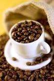 Taza de café del café express con las habas imagen de archivo libre de regalías