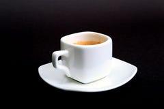 Taza de café del café express en la placa blanca, aislada en fondo oscuro fotografía de archivo libre de regalías