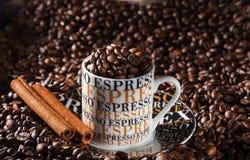Taza de café del café express en un ambiente de granos de café fritos Fotos de archivo libres de regalías