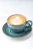 Taza de café del capuchino aislada en blanco Imagen de archivo libre de regalías