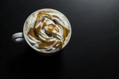 Taza de café del capuchino del caramelo Foto de archivo libre de regalías