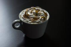 Taza de café del capuchino del caramelo Fotografía de archivo