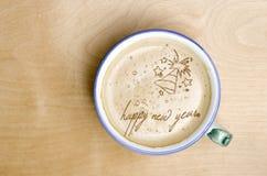 Taza de café del capuchino en la tabla de madera Feliz Año Nuevo f de las palabras Fotografía de archivo libre de regalías