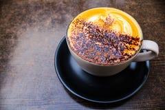 Taza de café del capuchino en la tabla fotos de archivo