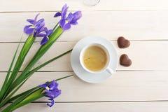 Taza de café del desayuno de la mañana, corazón del chocolate y flowe románticos Foto de archivo libre de regalías
