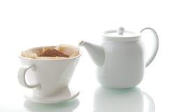 Taza de café del goteo con la tetera Imagenes de archivo