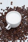 Taza de café del latte con las habas Foto de archivo libre de regalías