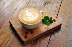 Taza de café del Latte en la placa de madera Fotos de archivo