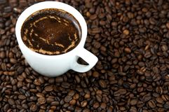 Taza de café del café, de los granos de café, caliente y delicioso Imagen de archivo