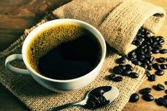 Taza de café del vintage con el grano de café Fotos de archivo libres de regalías