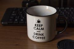 Taza de café delante del teclado café de consumición delante de su ordenador Rel?jese fotos de archivo