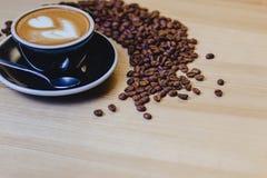 taza de café delicioso con los granos de café foto de archivo
