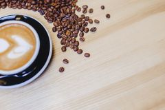 taza de café delicioso con los granos de café fotografía de archivo