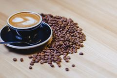 taza de café delicioso con los granos de café imagen de archivo libre de regalías