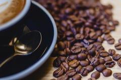 taza de café delicioso con los granos de café foto de archivo libre de regalías