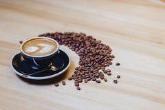 taza de café delicioso con los granos de café imágenes de archivo libres de regalías