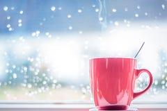Taza de café detrás del vidrio Fotografía de archivo libre de regalías