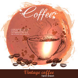 Taza de café dibujada mano del vintage con los granos de café Fotos de archivo