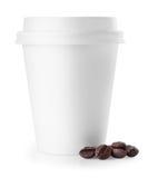 Taza de café disponible con los granos de café aislados en blanco imagen de archivo