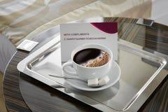 Taza de café en alféizar con la opinión de la ciudad Foto de archivo