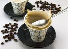 Taza de café en blanco Imagenes de archivo