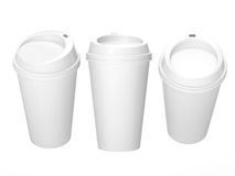 Taza de café en blanco blanca con el casquillo, trayectoria de recortes incluida Imagen de archivo libre de regalías
