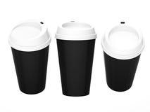 Taza de café en blanco negra con el casquillo blanco, trayectoria de recortes incluida Imagenes de archivo