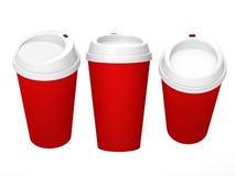 Taza de café en blanco roja con el casquillo blanco, trayectoria de recortes incluida Imágenes de archivo libres de regalías