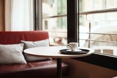 Taza de café en café Foto de archivo libre de regalías