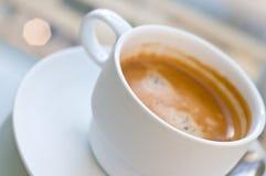 Taza de café en café Imagen de archivo libre de regalías