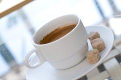 Taza de café en café fotos de archivo libres de regalías