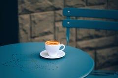 Taza de café en café de la calle Fotografía de archivo