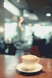Taza de café en cafetería Imagenes de archivo