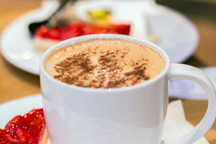 Taza de café en cafetería Foto de archivo