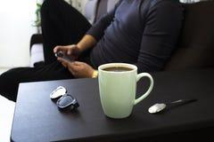 Taza de café en casa en el trabajo imagen de archivo