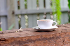 Taza de café en de madera Fotos de archivo libres de regalías