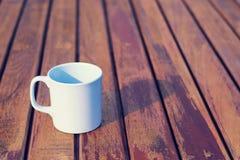 Taza de café en de madera (fondo del vintage) Imágenes de archivo libres de regalías