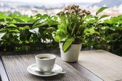 Taza de café en el café de la calle praga Imágenes de archivo libres de regalías
