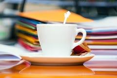 Taza de café en el escritorio de oficina imágenes de archivo libres de regalías