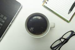 Taza de café en el fondo blanco fotos de archivo libres de regalías