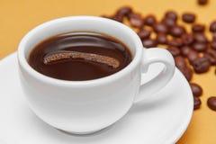 Taza de café en el fondo de los granos de café Foto de archivo