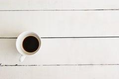 Taza de café en el fondo de madera del vintage de la tabla blanca Fotos de archivo